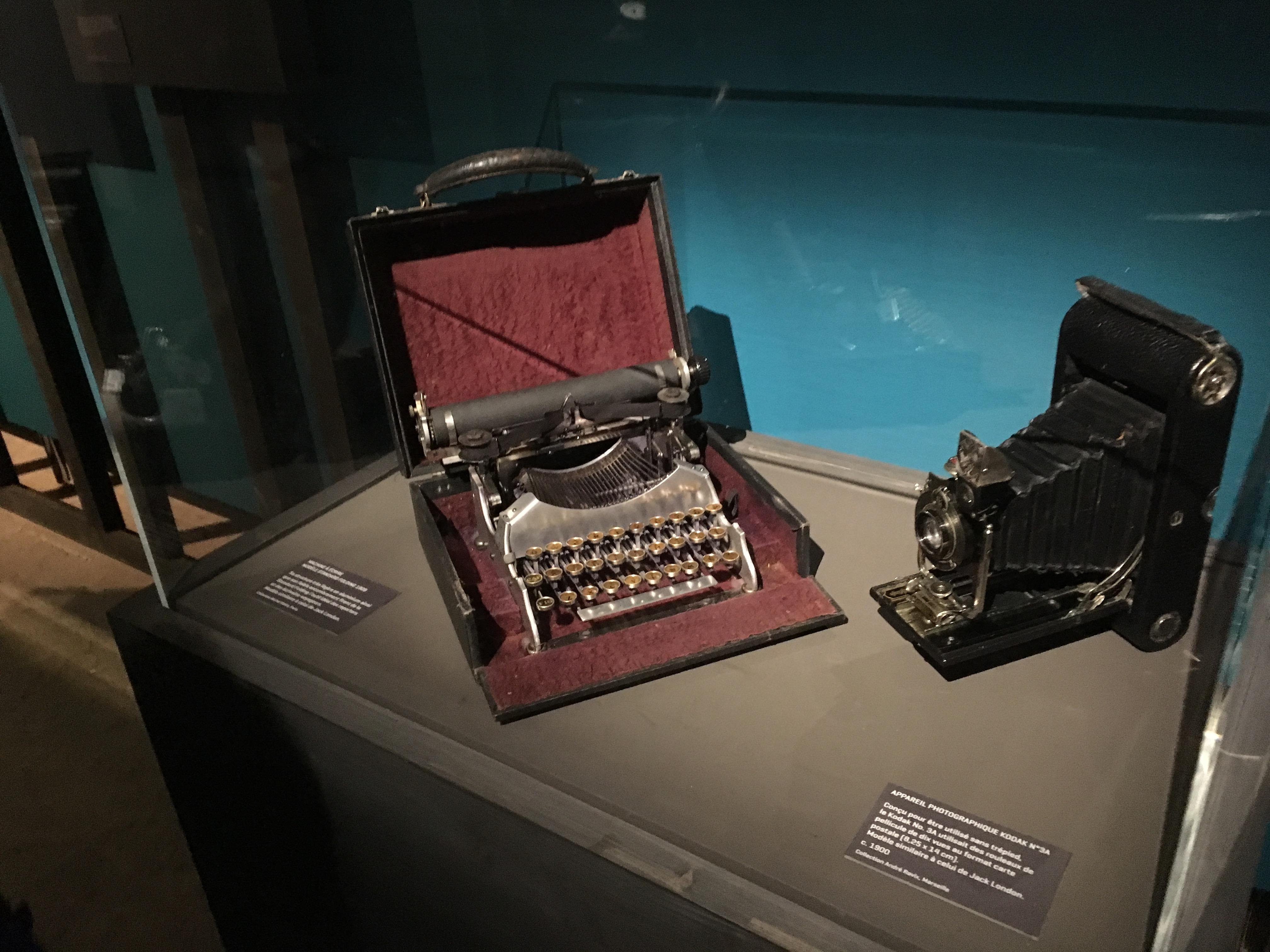 """Le cartel précise : """"Standard Folding l'outil idéal des reporters et des écrivains-voyageurs. Modèle similaire à celui de Jack London."""""""