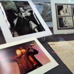Photographies et coupure de presse revenant sur les succès théâtraux de Willems
