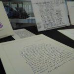 Un exemplaire de La Cathédrale de brume (1983), en arrière-plan d'une lettre de Le Clézio qui loue les qualités du recueil de nouvelles