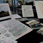 Photographies et brouillons de l'auteur, témoins de son travail d'écrivain et de ce qui façonne son imaginaire