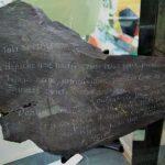 Dans la vitre « Musée des épaves » : plusieurs supports naturels inhabituels, ayant provoqué l'impulsion de l'écriture, en l'occurrence, une ardoise