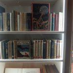 Détail des bibliothèques, Vue de l'exposition Récits du monde, IMEC. Photo A. Reverseau