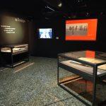 Vue d'ensemble d'une des séquences de l'exposition présentant du patrimoine écrit, des archives audiovisuelles et de nombreuses photographies. Photographie Jessica de Bideran, février 2021.