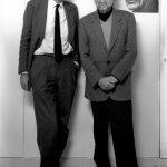 Jérôme Lindon et Alain Robbe-Grillet devant un portrait de Samuel Beckett. Copyright Despatin & Gobeli